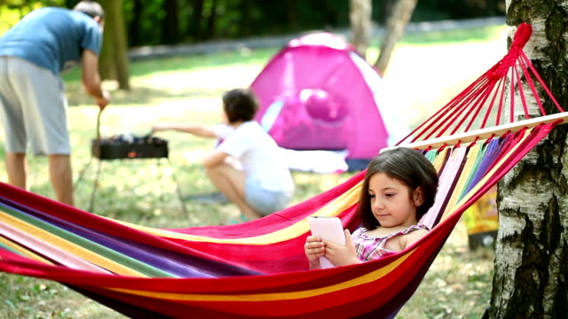 美しい小さな女の子のハンモックでリラックス - ハンモック点の映像素材/bロール