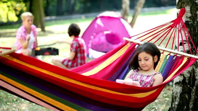bella ragazza rilassante in un'amaca - meraviglie della natura video stock e b–roll