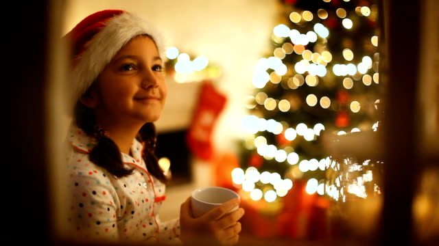 bella bambina in attesa di babbo natale - aspettare video stock e b–roll