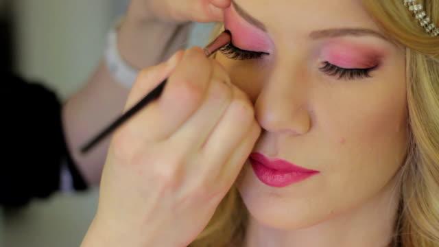 vídeos y material grabado en eventos de stock de hermoso maquillaje - sombreador de ojos