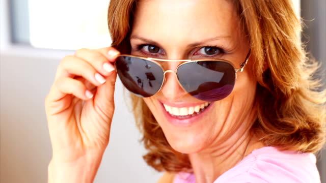 schöne ältere dame mit sonnenbrille - weiblichkeit stock-videos und b-roll-filmmaterial
