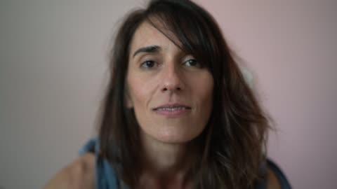 vídeos y material grabado en eventos de stock de hermosa mujer madura casa retrato - 40 44 años