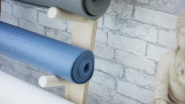 vídeos y material grabado en eventos de stock de escena hermosa meditación - centro de yoga