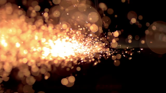 vídeos de stock e filmes b-roll de slo mo beautiful metal sparks shining in the dark - faísca
