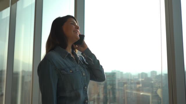 陽気な電話会話でオフィスで美しいミレニアル - casual clothing点の映像素材/bロール