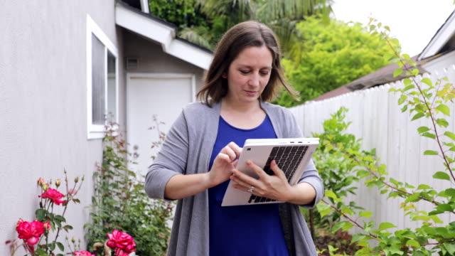 vídeos y material grabado en eventos de stock de hermosa mujer milenaria usando la computadora en casa - adulto de mediana edad