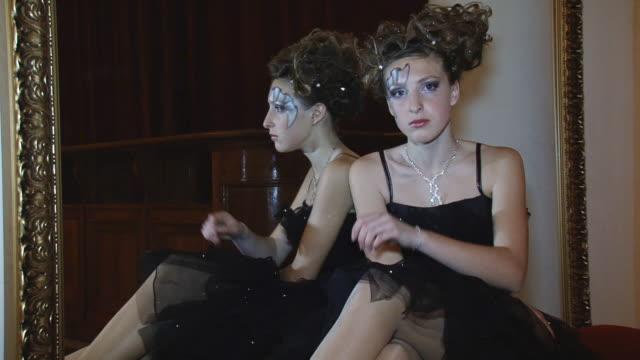 vídeos y material grabado en eventos de stock de hermosa modelo posando en el espejo - palacio interior