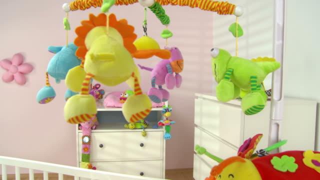 vídeos de stock e filmes b-roll de grou de hd: linda moderna sala de ninar - quarto do bebé