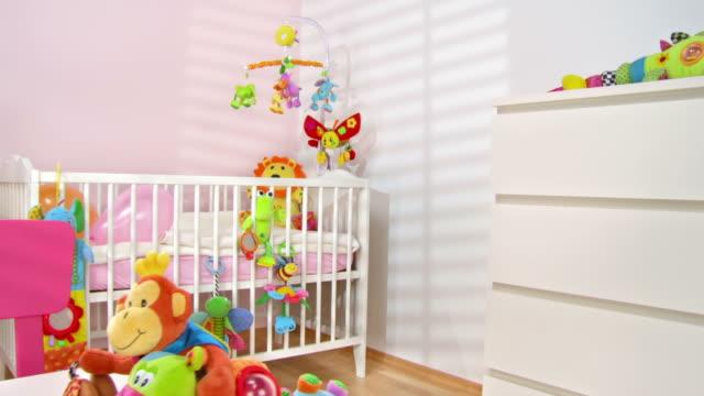 vídeos de stock e filmes b-roll de grou de hd: bonito e moderno quarto de brincar - quarto do bebé