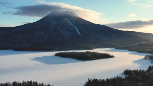 vidéos et rushes de beautiful morning in akan lake and mountain akan - frais