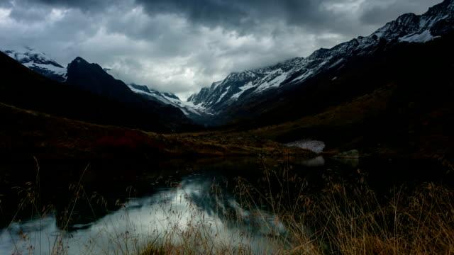 Wunderschöne Berge und See in den Alpen