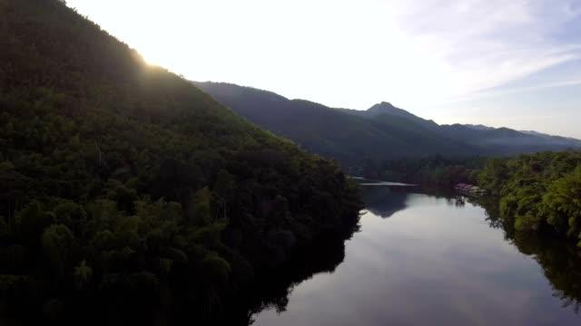 Schöner Berg und Fluss in der Dämmerung.