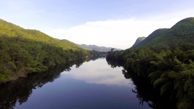 Schöner Berg und Fluss bei Dämmerung.