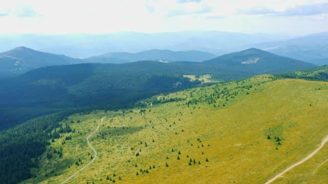 vídeos de stock, filmes e b-roll de vídeo bonito da paisagem da montanha do ar-montanha de kopaonik - sérvia