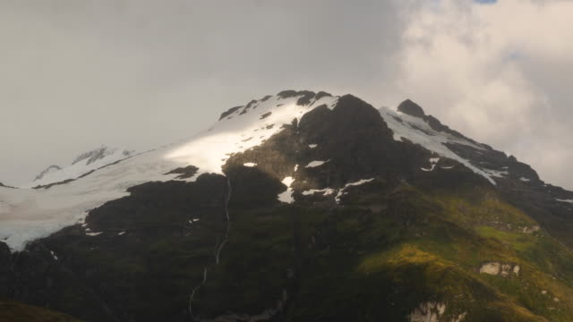 vídeos de stock, filmes e b-roll de beautiful mountain with a glacier in patagonia - passear sem destino