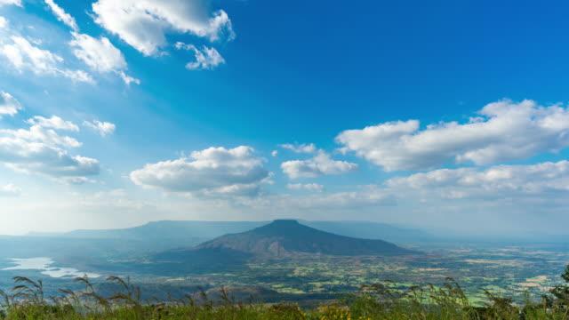移動雲と美しい山, 空中時間経過ビデオ - day点の映像素材/bロール