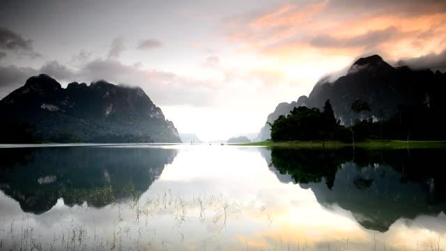 vídeos de stock, filmes e b-roll de belas montanhas e atrativos naturais do rio em ratchaprapha dam no parque nacional de khao sok, província de surat thani, tailândia. - árvore tropical