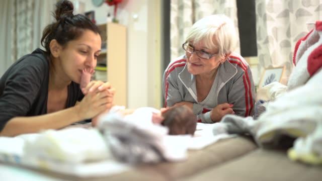 美しい多世代家族 - 大家族点の映像素材/bロール