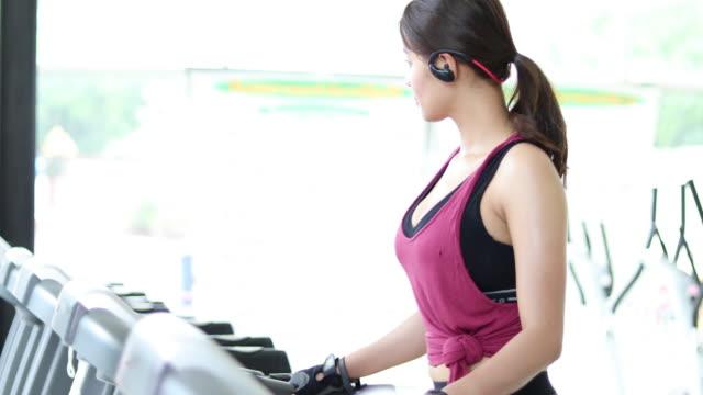 vídeos de stock, filmes e b-roll de bela muscular cabe mulher exercitando músculos do edifício e aptidão fazendo exercícios no ginásio. aptidão - conceito de estilo de vida saudável - boa postura