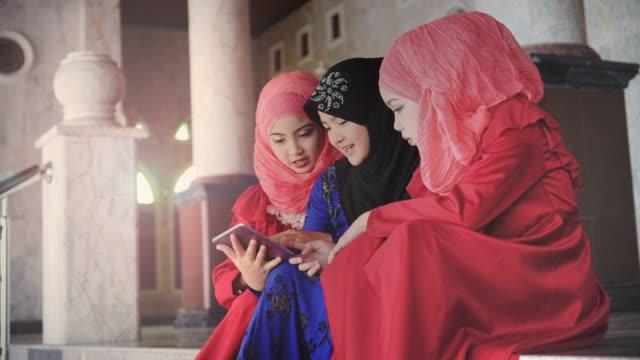 vackra muslimska flickor använder digitala tablett - moské bildbanksvideor och videomaterial från bakom kulisserna
