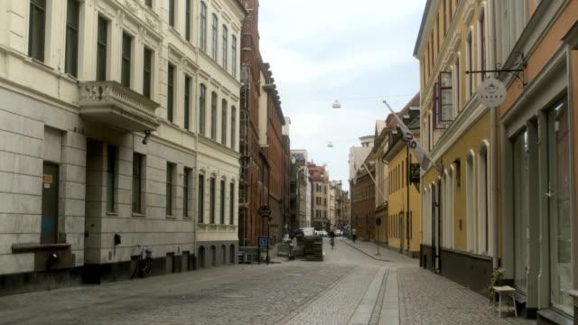 vídeos de stock e filmes b-roll de beautiful narrow streets of malmö sweden - placa de nome de rua