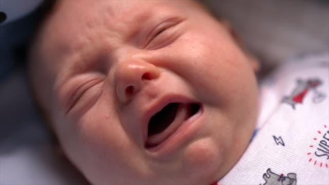 vídeos de stock, filmes e b-roll de lindo bebê nascido chorando - babies only