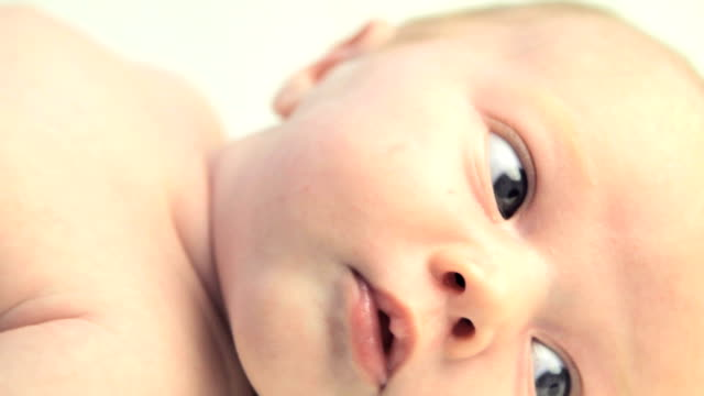 stockvideo's en b-roll-footage met beautiful newborn up close - pasgeborene
