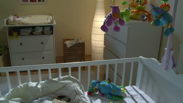 vídeos de stock e filmes b-roll de grou de hd: bela sala de berçário de à noite - quarto do bebé