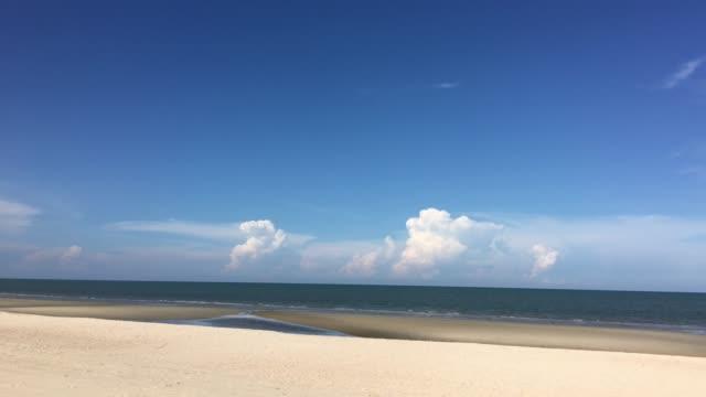 stockvideo's en b-roll-footage met mooie van wolken en blauwe hemel op strand - stilstaande camera