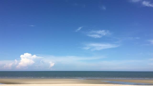 雲と青空のビーチの美しい - 空点の映像素材/bロール