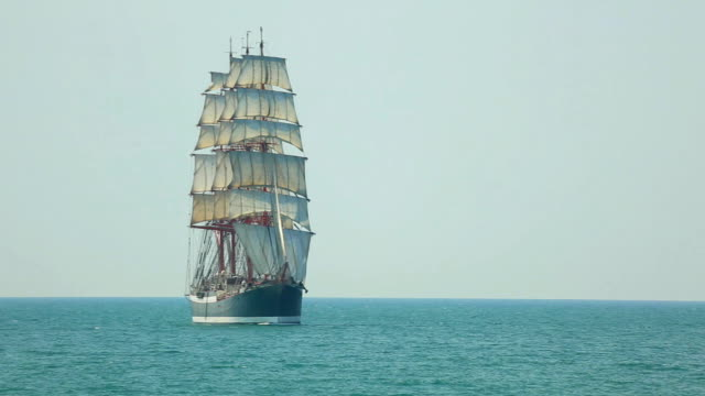 bellissimo vecchio barque in full sail - nave a vela video stock e b–roll