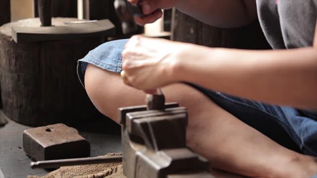 stockvideo's en b-roll-footage met mooie oude haarspeld - parel juwelen
