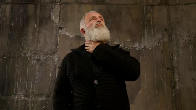 schöne alter mann an etwas denkt. - schwarzes hemd stock-videos und b-roll-filmmaterial