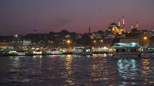 vidéos et rushes de magnifique panoramique vue des monuments touristiques au port d'eminon (turyol) au crépuscule - mosquée