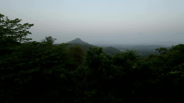 vídeos de stock, filmes e b-roll de belo panorama do topo da montanha para a cidade de sriracha - ângulo agudo