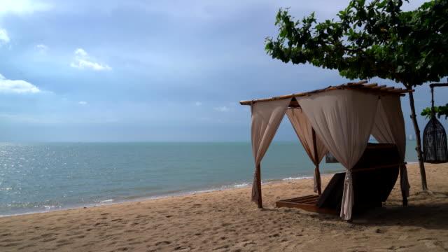 beau pavillon sur la plage