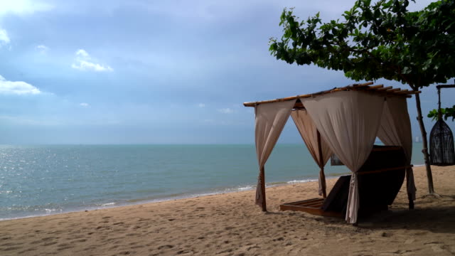 schöne Pavillon am Strand
