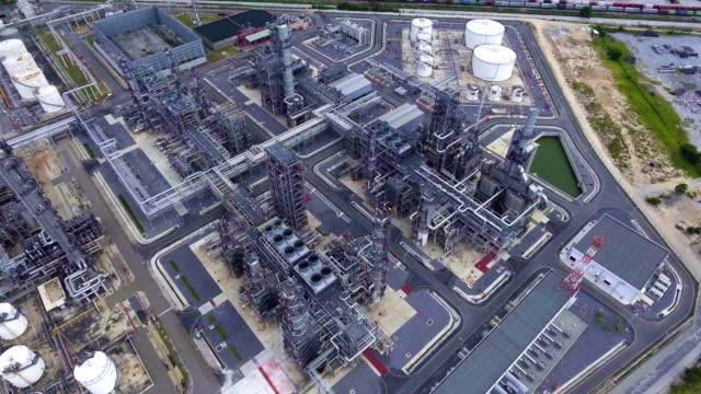 vídeos de stock, filmes e b-roll de petróleo bela planta de refinaria com complexo pipeline. - válvula vaso sanguíneo
