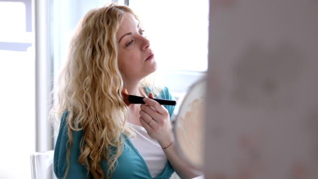 vídeos de stock, filmes e b-roll de a aplicação bonita da mulher gravida compo - tratamento de pele