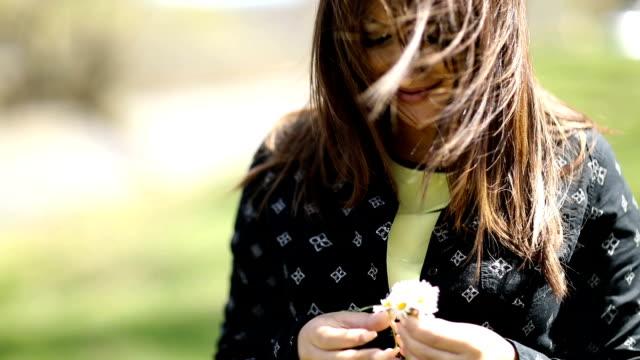 schöne schwangere frau genießen frühling - frische stock-videos und b-roll-filmmaterial