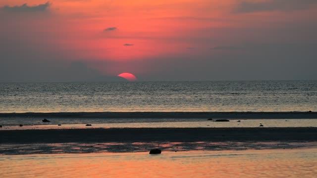 schöne rote strand meer sonnenuntergang auf samui insel thailand - verhältnis stock-videos und b-roll-filmmaterial