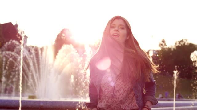 schöne rote haare modell mädchen im sonnenuntergang. - sexy teen stock-videos und b-roll-filmmaterial