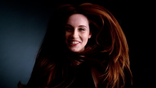 美しい赤毛の女の子をジャンプ - 赤毛点の映像素材/bロール