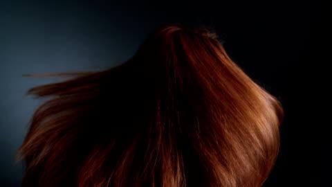 vídeos y material grabado en eventos de stock de chica hermosa pelirroja de rotación. ondas de su cabello largo - smooth