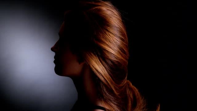 Chica hermosa pelirroja sacudiendo su cabello largo