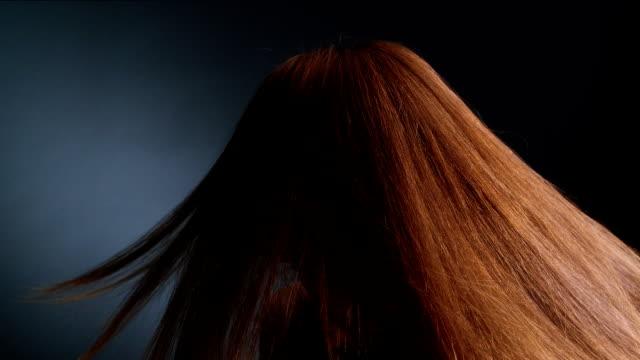 stockvideo's en b-roll-footage met mooie roodharige meisje gooien haar lange haren - roodhoofd