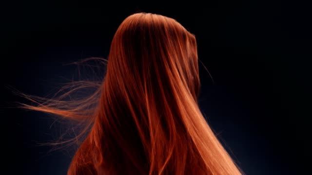 schöne rothaarige frau warf lange haare - haar stock-videos und b-roll-filmmaterial