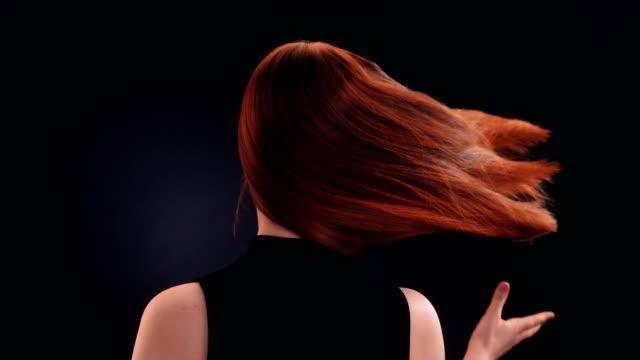 美しい赤毛の女性が長い髪を投げ - 赤毛点の映像素材/bロール
