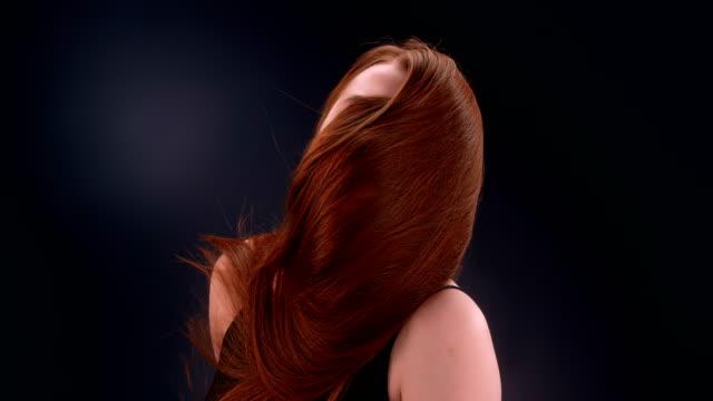 vídeos de stock, filmes e b-roll de mulher ruiva bonita jogando cabelo comprido - grosso