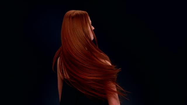 vidéos et rushes de femme belle rouquine jetant cheveux longs - cheveux longs